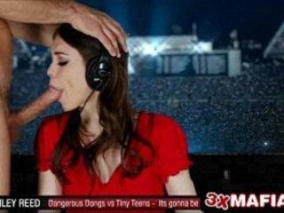 TV News Anchor R?l?? Reid Is In For a Rude D??k ?n?ng Dur?ng a L?v? Broadcast
